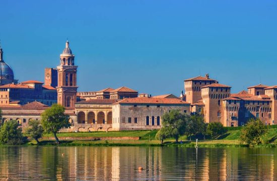 Mantova: la città fuori dal tempo tra arte e ninfee